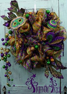 Video and written tutorial for Mardi Gras Wreath by Trendy Tree