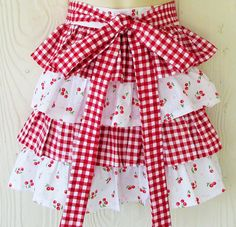 This cute retro apron will definitely make kitchen duty more fun! In alternating layers of ruffles, small red cherries coordinate beautifully with