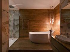 Interior Moderno com Toques de Verão-banheira do banheiro de casal