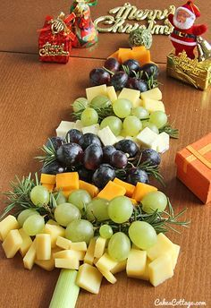 Looking for a fun and simple #appetizer idea for the #holiday season? Make this #Christmas tree from different flavored cheese cubes and grapes.