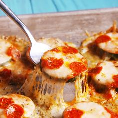 Zucchini Pizza Bites Topped with sauce, mozz, and mini pepperonis, zucchini makes a surprisingly adorable base for pizza. Zucchini Pizza Recipes, Zucchini Pizza Bites, Veggie Recipes, Low Carb Recipes, Appetizer Recipes, Vegetarian Recipes, Recipe Zucchini, Cooking Recipes, Healthy Recipes