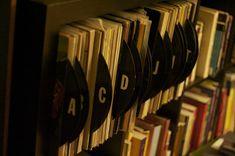 20 DIY: Unique and Interesting Vinyl Record Projects - LP Record Organizer Vinyl Storage, Record Storage, Record Shelf, Vinyl Record Projects, Vinyl Platten, Old Vinyl Records, Records Diy, Buy Stickers, Idee Diy