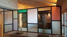 Verglasung mit schwarzem Rahmen und Sprossen. Gläser in allen möglichen Farben. Die Lichtdurchlässigkeit lässt die Gläser leuchten.  Die von uns entwickelten Ganzglastüren und Ganzglas-Abschlüsse schliessen ab, ohne zu trennen.  Teilen Sie Küche und Wohnzimmer, Sitzungsraum und Korridor oder Raucher- und Nichtraucherzone. Das Glas schafft Räume, gewährt Ihnen aber freie Ein- und Ausblicke. Sie erhalten eine offene, helle und freundliche Atmosphäre. Divider, Wellness, Furniture, Design, Home Decor, Glass Building, Smokers, Coloured Glass, Sprouts