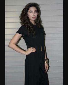 Wow...Looking Stunning in Black Dress in Mahira Khan !