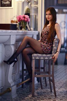 Kolorowa sukienka w kwiaty, czarne rajstopy i lakierowane szpilki | Ari-Maj / Personal blog by Ariadna Majewska