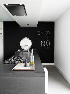 Trop sympa ce mur noir en fond de la cuisine !