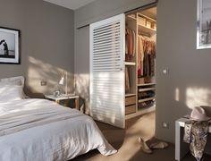 Сдвижная дверь отделяет спальню и гардеробную комнату