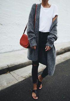 10 looks para quem curte uma vibe mais neutra. T-shirt branca, maxi cardigã cinza, calça skinny preta, rasteirinha