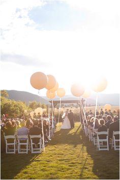 Große Ballons für den Altargang im Freien