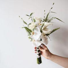 """라보떼플라워가든. 부천꽃집 플라워레슨 on Instagram: """"오늘 오전 부케 한복이랑 어울리도록 제작 해 드렸어요🕊🕊 . . . . . . . . ▪️취미반 등록 ▪️ 화요일 11시 . 수요일 1시30분 목요일 7시저녁 . 토요일 10시 일요일 10시. 일요일 2시 . . . . . 📞: 032 664…"""" Boquet, Bride Bouquets, Floral Bouquets, Love Flowers, Wedding Bridesmaids, Planting Flowers, Bridal, Plants, Gift Boxes"""