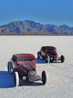 Hot rods at Bonneville salt flats Old Race Cars, Us Cars, Classic Hot Rod, Classic Cars, Vintage Racing, Vintage Cars, Traditional Hot Rod, Drag Cars, Street Rods