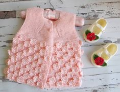 Baby Vest Models More than 40 best examples Baby Knitting Patterns, Hand Knitting, Baby Vest, Baby Cardigan, Knit Vest, Matching Couples, Moda Emo, Crochet Designs, Crochet Baby