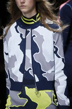 See detail photos for Versace Fall 2016 Ready-to-Wear collection. #details #jackets #layers #colorful #bold