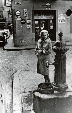 1968.- Mercè Rodoreda fotografiada en el mismo lugar que aparecía en la cubierta de las primeras ediciones de La Plaza del Diamante.