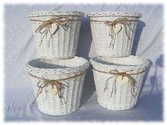 """20 bellissime proposte di cestini Shabby….. Mi piace ricercare sul web nuove proposte per lo stile Shabby, per poi raggrupparle tra loro e mostrarvene u'insieme ben assortito, questa volta quello che vorrei proporre alla vostra attenzione, sono questi tanti cestini in """"vimini"""" e qualche suo tutorial…. Capisco che è difficile realizzarli, ci vuole molta manualità ... Leggi ancora Baskets On Wall, Gift Baskets, Wicker Baskets, Woven Baskets, Diy And Crafts, Paper Crafts, Sewing Baskets, Flower Girl Basket, Wicker Furniture"""