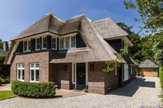 3_Villa met rode baksteen Villas, English Style, Rustic Design, Home And Garden, Cabin, Mansions, House Styles, Manor Houses, Dream Houses