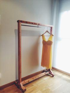 Precioso burro estilo vintage de madera para colgar ropa, perfecto para una estancia elegante y sobria, o una tienda. Detalle de forja en una esquina. Medidas alto: 150cm Ancho: 112cm. Nuevo