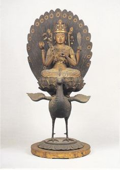 正暦寺孔雀明王坐像:鎌倉時代の制作。…