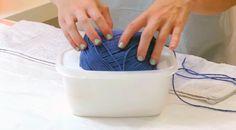 Ela mergulha lã num pote de cola e o que faz depois é realmente ORIGINAL!