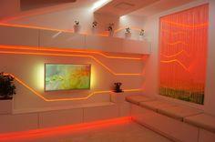 rubans LED à lumière rouge dans le salon blanc