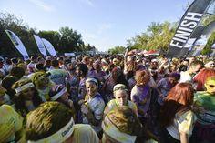 """Persoane participă la un concert, la finalul maratonului 5K """"Color Run"""", în parcul Tineretului din Bucureşti, sâmbătă, 26 aprilie 2014. (  Andreea Alexandru / Mediafax Foto  ) - See more at: http://zoom.mediafax.ro/people/the-color-run-bucuresti-2014-12533962#sthash.zbBgamYv.dpuf"""