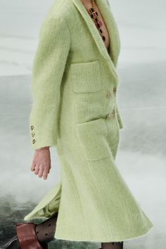 Chanel Fall 2020 Ready-to-Wear Fashion Show - Vogue Chanel Style Jacket, Chanel Coat, Fashion 2020, Runway Fashion, Fashion Show, Fashion Design, Mode Chanel, Coats For Women, Clothes For Women