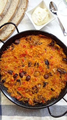Fideua is similar to paella but with pasta instead of rice. Normally made with seafood, this vegan version is made with mushrooms and tomatoes and cooked in a savory broth. Plant Based Diet, Plant Based Recipes, Veggie Recipes, Whole Food Recipes, Vegetable Base Recipe, Tomato Vegetable, Traditional Spanish Dishes, Spanish Food, Vegan Vegetarian