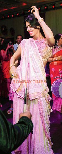 Jaya & @SrBachchan's daughter Shweta Nanda dancing at @KapoorKunal and Naina Bachchan grand wedding reception, April 12, 2015