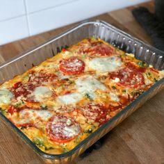 Favorit grøntsagsæggekage med broccoli, tomat, løg og tre slags ost Lchf, Keto, Paleo, Vegetable Cake, M&m Recipe, Egg Dish, Broccoli, Lasagna, Tapas