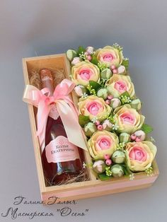 Use fresh flowers at the future shop as a gift – – … Verwenden Sie frische Blumen im Future Shop als [. Flower Box Gift, Flower Boxes, Gift Flowers, Flower Ideas, Cool Christmas Trees, Christmas Gifts, Christmas Tree Decorations, Homemade Gifts, Diy Gifts