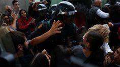Referéndum Cataluña 1-O: La Policía Nacional y la Guardia Civil acuden a colegios clave para frustrar el 1-O. Noticias de España. Las Fuerzas de Seguridad del Estado comienzan a intervenir por orden del Tribunal Superior de Justicia de Cataluña en puntos estratégicos del referéndum