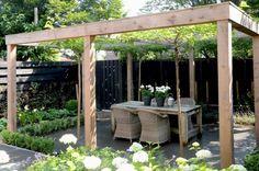 Pergola, open bovenkant, maar leuk voor klimplanten langs de palen. In de zomer evt. doek erover voor een stukje schaduw!