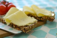 Delishious nutbread - no yeast, flour or kneading; only lots of great taste! Dairy, Cheese, Baking, Eat, Desserts, Tailgate Desserts, Deserts, Bakken, Postres