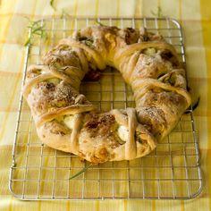 Tortano – innbakt brød med egg, ost og skinke Bread Recipes, Tapas, Shrimp, Food And Drink, Eggs, Meat, Baking, Bakken, Egg