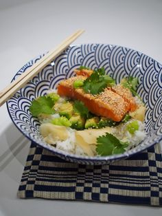 Sushisalaatti      lohta     riisiä     avokadoa     (kurkkua, porkkanaa, kevätsipulia...)     sushi-inkivääriä     wasabia     soijakastiketta     riisiviinietikkaa     suolaa  Keitä riisi&lisää riisiviinietikkaa&suolaa. Mausta lohi suolalla ja paista kevyesti pinnalta. Pilko avokado&muut vihannekset. Yhdistä lautaselle riisi, vihannekset sekä sushi-inkivääri. Viimeistele tujauksella wasabia&seesaminsiemenillä&korianterilla. Tarjoile soijakastikkeen kanssa