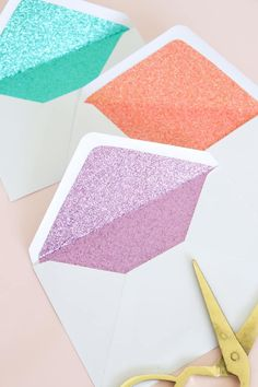These DIY glitter lined envelopes are easy to make and add a surprise pop of color when the envelope is opened! Glitter envelopes are perfect for party invit. Red Glitter, Glitter Roses, Glitter Party, Glitter Girl, Glitter Nails, Glitter Projects, Glitter Crafts, Burlap Projects, Burlap Crafts