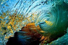 波がハートを描く瞬間をとらえた、この奇跡的な写真をご存知ですか?世界的に有名な写真家のクラーク・リトルさんの作品です。海の中から、命がけで撮る大波の写真は美しさや迫力だけでなく感動さえも私たちに与えてくれます。彼が撮ったアートのような瞬間の写真を集めてみました。