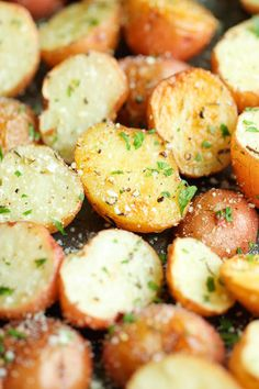 Garlic Parmesan Roasted Potatoes - #reciperadar #foodporn #garlicpotato