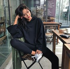 Discover recipes, home ideas, style inspiration and other ideas to try. Korean Girl Photo, Korean Girl Fashion, Ulzzang Fashion, Korean Street Fashion, Asian Fashion, Retro Fashion, Fall Fashion Outfits, Mode Outfits, Look Fashion