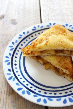 Wentelteefjes met appel en kaneel - Lekker en Simpel French toast with apple and cinnamon Dutch Recipes, Apple Recipes, Sweet Recipes, Amish Recipes, I Love Food, Good Food, Yummy Food, Tasty, Breakfast Recipes