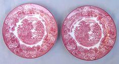 FAIANÇA INGLESA, dois (2) pratos decorativos formando par, ornados com cena do cotidiano rural, borda com barrado floral, marca Wood & Sons (fundada em 1865, funcionou na Potteries New Wharf em Trent e mais tarde na Pottery Stanley em Burlem, fechou em 2005), 20cm diâmetro.