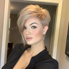 """How to style the Pixie cut? Despite what we think of short cuts , it is possible to play with his hair and to style his Pixie cut as he pleases. For a hairstyle with a """"so chic"""" and pointed… Continue Reading → Great Haircuts, Round Face Haircuts, Short Pixie Haircuts, Pixie Hairstyles, Latest Hairstyles, Popular Hairstyles, Short Sassy Hairstyles, Short Hair Cuts For Women Pixie, Pixie Haircut For Round Faces"""