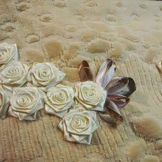 LOY HANDCRAFTS, TOWELS EMBROYDERED WITH SATIN RIBBON ROSES: FLORES PARA ALEGRAR SEU DIA