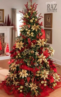 Árbol de Navidad con cinta roja ancha y flores de pascua en amarillo dorado y las bolas en dorado.
