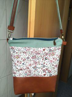 Kleine Handtasche mit Lederboden und Schultergurt