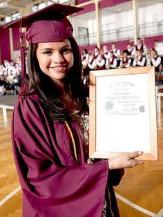 Selena Gomez = Purple Cap And Gown Selena Gomez Cute, Estilo Selena Gomez, Selena Gomez Fotos, Graduation Look, Graduation Photos, Graduation Outfits, Alex Russo, Monte Carlo Movie, Rihanna