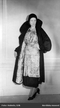 Digitalt Museum - Jean Patou. Svart kläde med persianpäls. Klänning av blommig lamè, kosackmodell. Kappans foder av samma material. Nordiska...