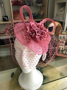 En Aurora de Mª Luisa Beato ya tenéis a la venta nuestra nueva colección de tocados elaborados de manera ARTESANAL 😍😍 ¿Te lo vas a perder? Aurora, Children, Cake, Wedding Outfits, Flamingo, Fascinators, Party, Young Children, Boys