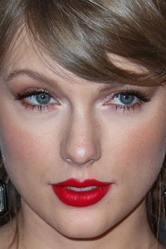Celebrity photos that are really close-up. Celebs with bad skin, nose jobs, hair transplants, bad teeth. Taylor Swift Makeup, Taylor Swift Music, Taylor Alison Swift, Olivia De Havilland, Best Fashion Photographers, Red Carpet Makeup, Celebrity Outfits, Celebrity Faces, Celebrity Photos