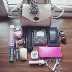 Best Purse Organizers – 7 Ways How a Purse Organizer Can Save Your Life – Bags & Purses Best Purses, Cute Purses, Purses And Bags, Cute Laptop Bags, Cute Bags, What In My Bag, What's In Your Bag, Purse Organization, Organizing